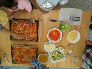 Pizza, Salat und Obstsalat