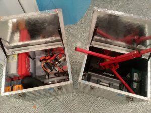 2 Kisten mit Inhalt